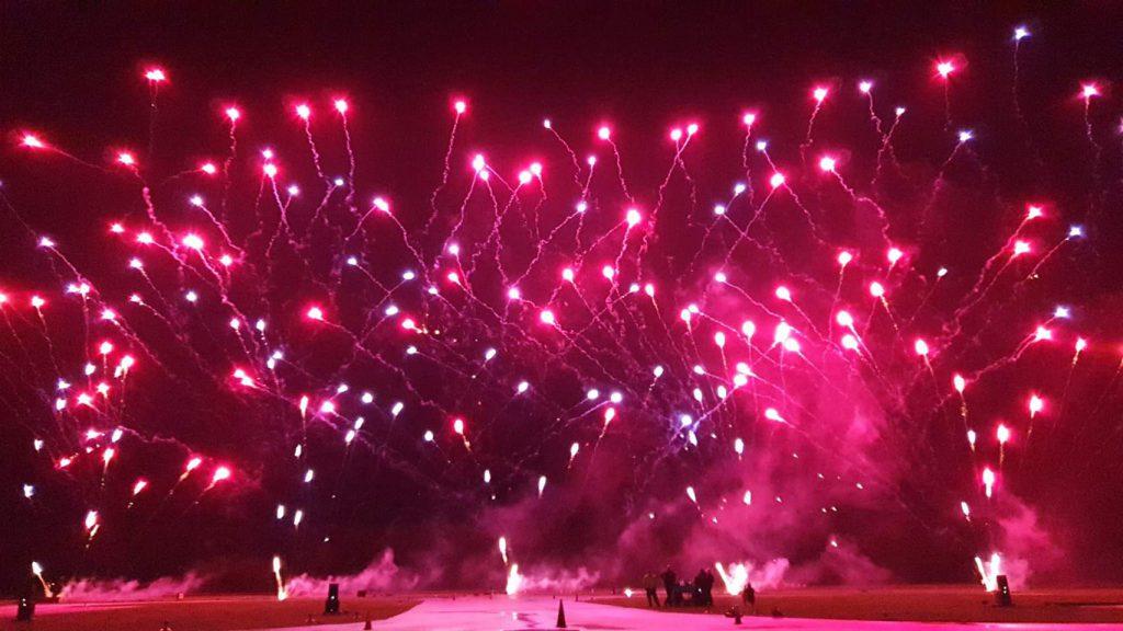 Ein Feuerwerk Musiksynchrones dargestellt durch BS-Pyrotechnik